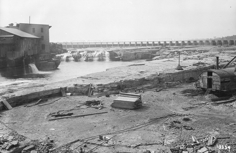 Chaudière Falls Ring Dam, date unknown. Photo credit: William James Topley/Library and Archives Canada.