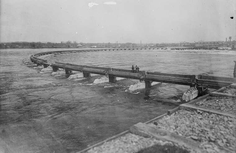 Construction of the Chaudière Falls Ring Dam, 1907 to 1909.  Photo credit: William James Topley/Library and Archives Canada.